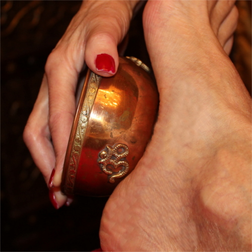 Kansu - ayurvedische Fußmassage mit einer legierten Klangschale und Ghee