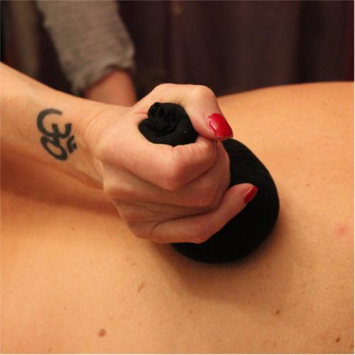 Pindaswed - Massage mit warmen Kräutersäckchen